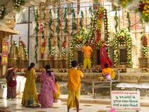 Les personnes indiennes prient dans le temple jain dans Palitana photo libre de droits