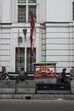 Les personnes indonésiennes marchent par des stalles de nourriture de rue dans une rue près de Kota à Jakarta, Indonésie photographie stock