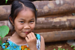 Les personnes laotiennes d'enfants posant pour prennent la photo dans la maison Photos stock