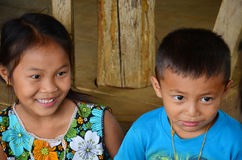 Les personnes laotiennes d'enfants s'asseyant pour prennent la photo dans la maison Photographie stock libre de droits