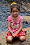Les personnes laotiennes de fille d'enfants s'asseyant pour prennent la photo sur la roche Photo libre de droits