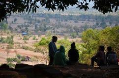 Les personnes laotiennes s'asseyant et détendent après cuve Phou ou Wat Phu de visite Photo libre de droits