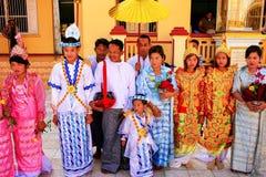 Les personnes locales dans des costumes traditionnels participant au mariage cere photo libre de droits
