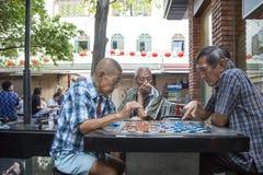 Les personnes locales non identifiées ont joué des échecs chinois sur le marché en plein air de Chinatown Images stock