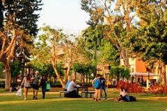 Les personnes locales se reposent en parc de Sarona, Tel Aviv image libre de droits