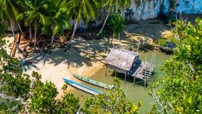 Les personnes locales tapent le nouvel emplacement, la hutte en bambou et les bateaux sur la plage dans la marée basse, baie de K Photographie stock