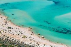 Les personnes méconnaissables sur Balos échouent près de Kissamos en Crète Grèce Photos stock