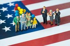 Les personnes miniatures célèbrent le Jour de la Déclaration d'Indépendance, homme donnant la parole W Images stock