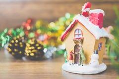 Les personnes miniatures dans le village célèbrent le jour de Noël, Holida Photos libres de droits