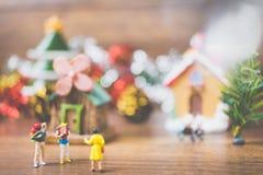 Les personnes miniatures dans le village célèbrent le jour de Noël, Holida Photos stock