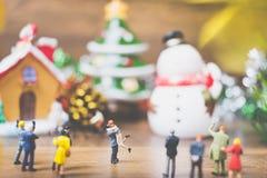 Les personnes miniatures dans le village célèbrent le jour de Noël, Holida Images libres de droits