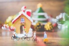 Les personnes miniatures dans le village célèbrent le jour de Noël, Holida Images stock
