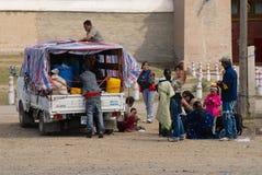 Les personnes mongoles ont le pique-nique en dehors d'Erdene Zuu dans Kharkhorin, Mongolie photographie stock