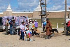 Les personnes mongoles ont le pique-nique en dehors d'Erdene Zuu dans Kharkhorin, Mongolie images stock
