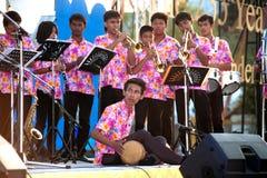 Les personnes non identifiées de la musique thaïlandaise réunissent jouer la chanson par beaucoup d'instruments Images stock