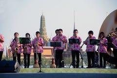 Les personnes non identifiées de la musique thaïlandaise réunissent jouer la chanson par beaucoup d'instruments Photos libres de droits
