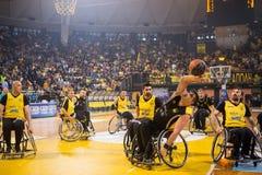les personnes non identifiées jouent un jeu amical de fauteuil roulant basketbal Photos stock