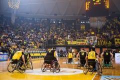 les personnes non identifiées jouent un jeu amical de fauteuil roulant basketbal Images libres de droits