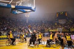 les personnes non identifiées jouent un jeu amical de fauteuil roulant basketbal Photographie stock