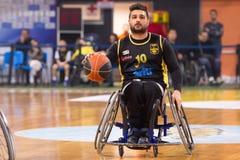 les personnes non identifiées jouent un jeu amical de fauteuil roulant basketbal Photo stock