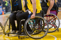 les personnes non identifiées jouent un jeu amical de fauteuil roulant basketbal Image libre de droits
