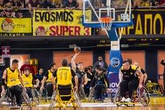 les personnes non identifiées jouent un jeu amical de fauteuil roulant basketbal Photos libres de droits