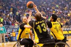 les personnes non identifiées jouent un jeu amical de fauteuil roulant basketbal Photo libre de droits
