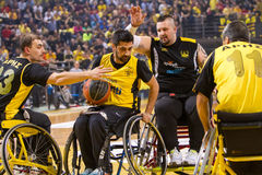 les personnes non identifiées jouent un jeu amical de fauteuil roulant basketbal Photographie stock libre de droits