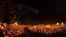 Les personnes non identifiées lancent des lanternes de ciel au ciel en festival de Loy Kratong Photographie stock libre de droits