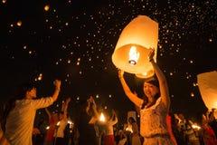 Les personnes non identifiées lancent des lanternes de ciel au ciel en festival de Loy Kratong Photographie stock