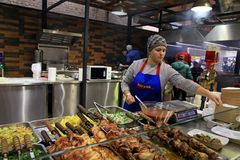 Les personnes non identifiées les plats ukrainiens traditionnels font cuire et des commerces Images libres de droits