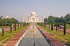 Les personnes non identifiées rendent visite à Taj Mahal à Âgrâ, Inde Image libre de droits
