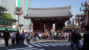 Les personnes non identifiées visitent la porte de Kaminarimon du temple de Sensoji dans Asakusa, Tokyo, Japon clips vidéos