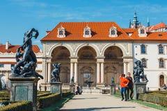 Les personnes non identifiées visitent le palais de Wallenstein actuellement la maison du sénat tchèque dans P images libres de droits