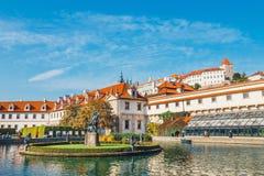 Les personnes non identifiées visitent le palais de Wallenstein actuellement la maison du sénat tchèque dans P image stock