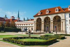 Les personnes non identifiées visitent le palais de Wallenstein actuellement la maison du sénat tchèque dans P images stock