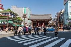 Les personnes non identifi?es visitent la porte de Kaminarimon du temple de Sensoji dans Asakusa, Tokyo, Japon photographie stock libre de droits