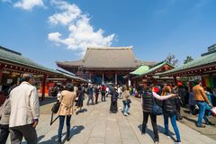 Les personnes non identifi?es visitent le temple de Sensoji dans Asakusa, Tokyo, Japon photos stock