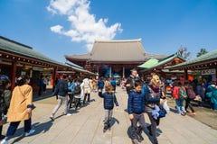 Les personnes non identifi?es visitent le temple de Sensoji dans Asakusa, Tokyo, Japon photographie stock libre de droits