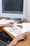 Les personnes remet travailler à un retrait et la charge à un ordinateur Photo libre de droits