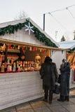 Les personnes supérieures au compteur sur le marché de Noël à la cathédrale ajustent Photo libre de droits