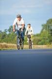 Les personnes supérieures prenant le vélo se déclenchent avec des casques de bicyclette Image libre de droits