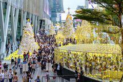 Les personnes thaïlandaises à allument la célébration 2017 d'arbre de Noël chez Centr Photos libres de droits