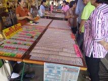 Les personnes thaïlandaises aiment acheter des loteries images stock
