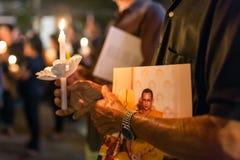 Les personnes thaïlandaises allumant des bougies et prient à la mémoire de Sa Majesté le roi de la Thaïlande Images stock