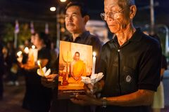 Les personnes thaïlandaises allumant des bougies et prient à la mémoire de Sa Majesté le roi de la Thaïlande Photo libre de droits