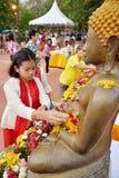 Les personnes thaïlandaises arrosent affluer à la statue de Bouddha images stock
