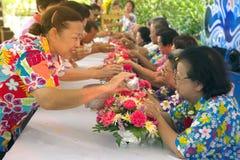 Les personnes thaïlandaises arrosent pour la rémission et les bénédictions des aînés dans le festival de Songkran Image stock