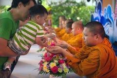 Les personnes thaïlandaises arrosent pour la rémission et les bénédictions des moines bouddhistes dans le festival de Songkran Images libres de droits