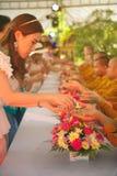 Les personnes thaïlandaises arrosent pour la rémission et les bénédictions des moines bouddhistes dans le festival de Songkran Photos libres de droits